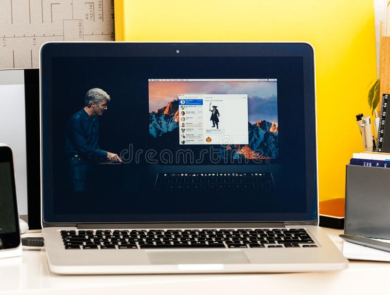 Craig Federighi sobre barra do toque de Macbook a pro fotografia de stock royalty free