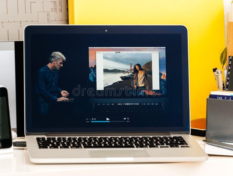 Craig Federighi sobre barra do toque de Macbook a pro imagem de stock royalty free