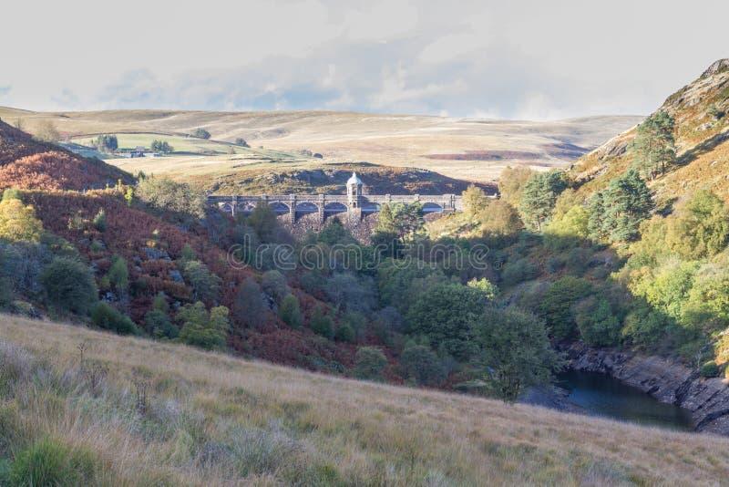 Craig Goch Dam ed il bacino idrico dalla distanza, uguagliante la luce, cadono immagine stock libera da diritti