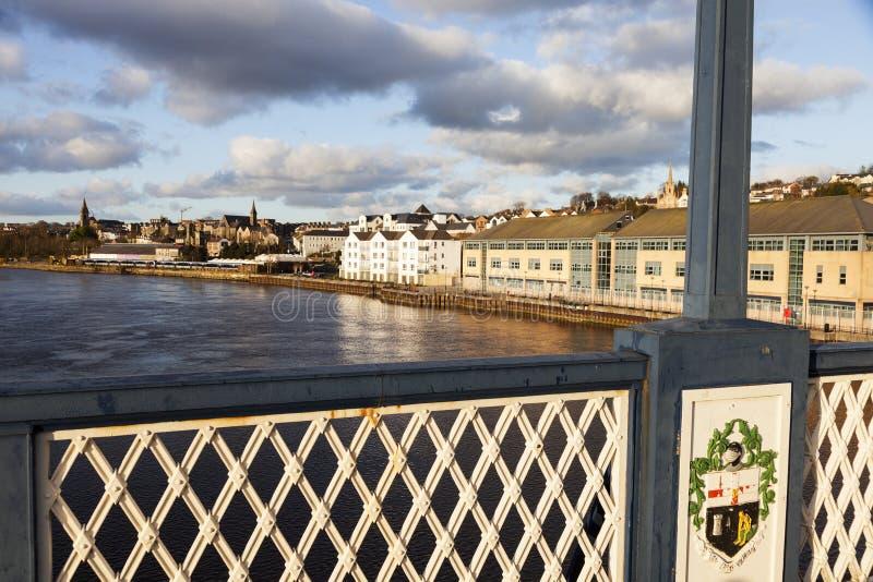 从Craigavon桥梁的Derry全景 库存图片