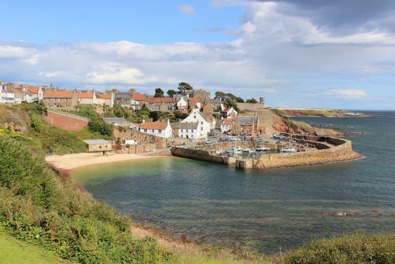 Crail hamn från den kust- vandringsledet Skottland för pickolaflöjt royaltyfri fotografi