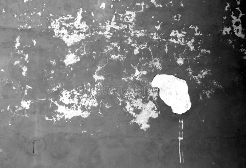 Craked red ut cementväggtextur i svartvitt arkivbilder