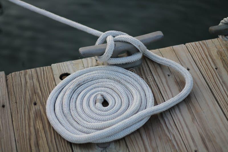 Crampon enroulé de corde et de dock photographie stock