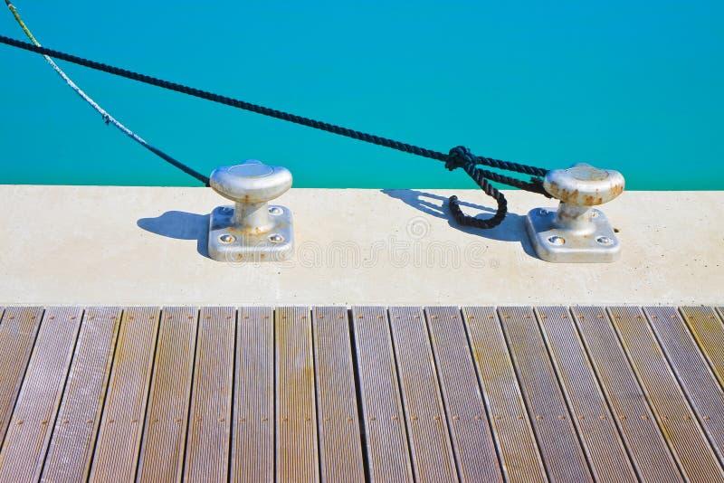 Crampon pour amarrer des bateaux sur la plate-forme en bois photos stock