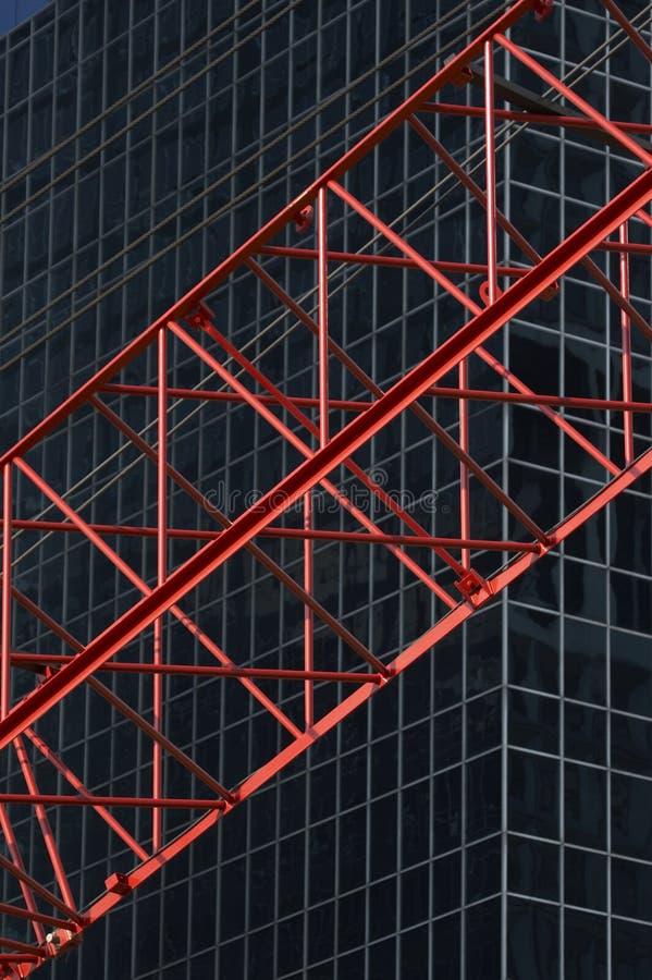 Cran rosso di construktion davanti all'edificio per uffici R04 fotografie stock
