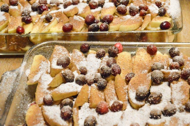 Cranberries i Apple plasterki w nieckach zdjęcie stock