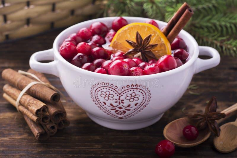 Cranberries z pomarańcze, cynamonowego i gwiazdowego anyżem, zdjęcia stock