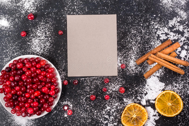 cranberry Τα βακκίνια στο glay ξύλινο υπόβαθρο πιάτων στοκ εικόνες