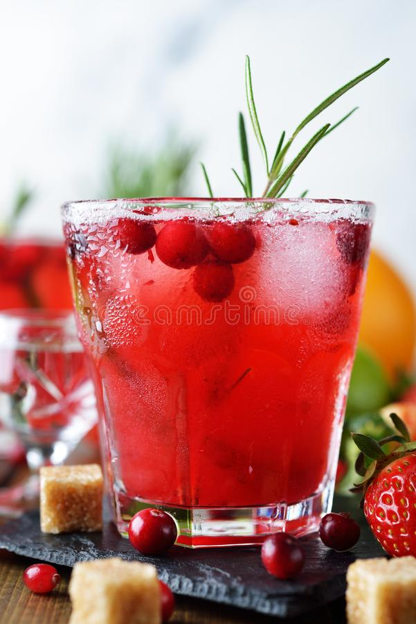 Cranberry cocktail met wodka stock afbeeldingen