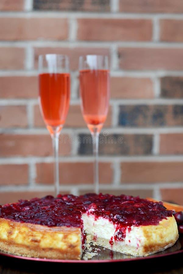 Cranberry Waniliowy Cheesecake z ściana z cegieł na tle fotografia stock