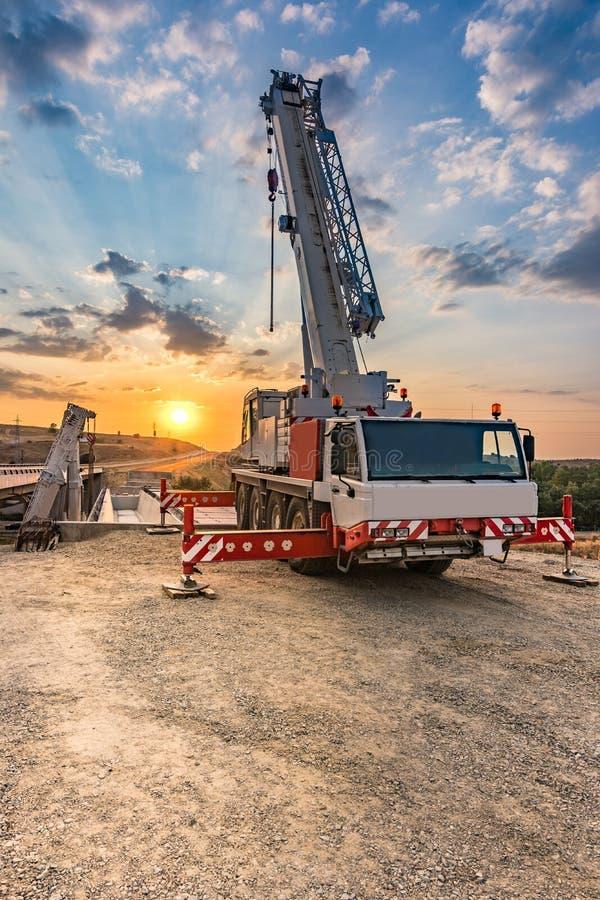 Crane caminhões na construção de uma ponte fotos de stock royalty free