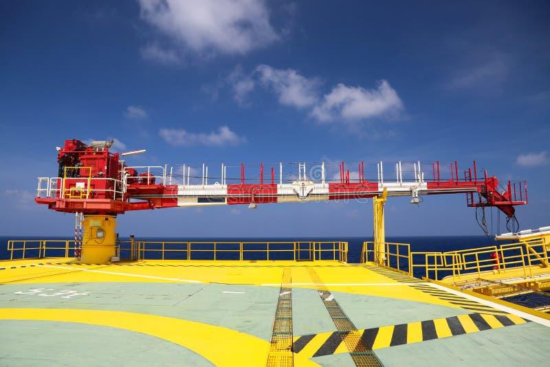 Crane a construção na plataforma do óleo e do equipamento para a carga pesada do apoio, a carga de transferência ou a cesta no lo fotografia de stock