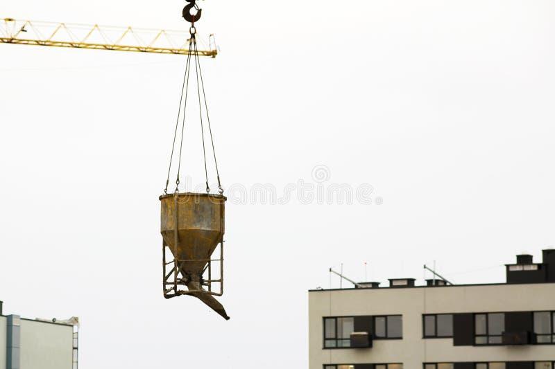 Crane a cubeta de levantamento do cimento e do transporte na construção fotos de stock royalty free