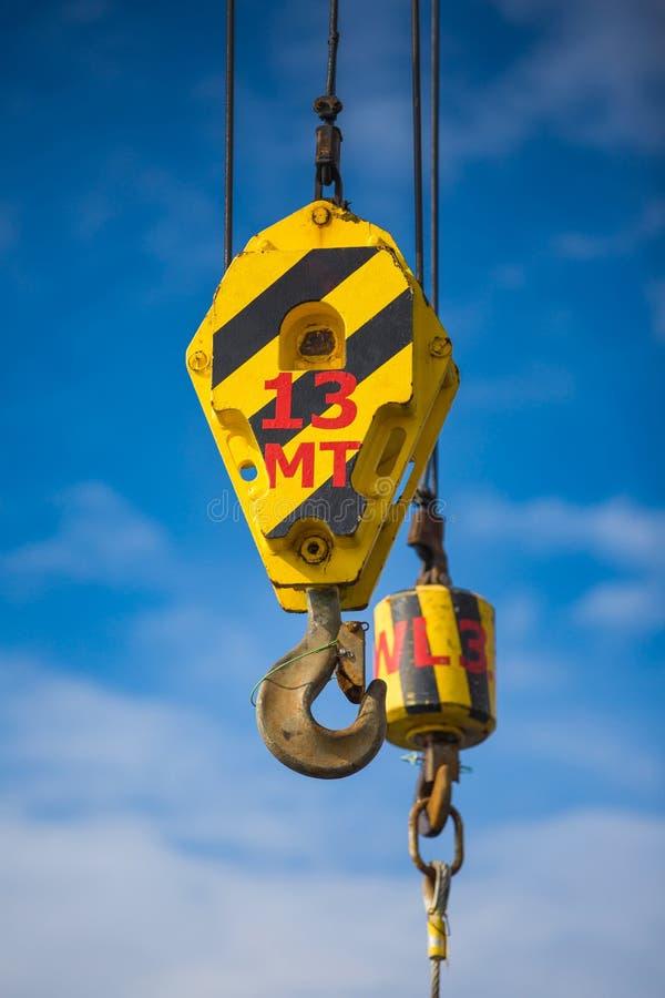 Crane el alzamiento y el gancho con la honda de la cuerda de alambre para levantar imágenes de archivo libres de regalías