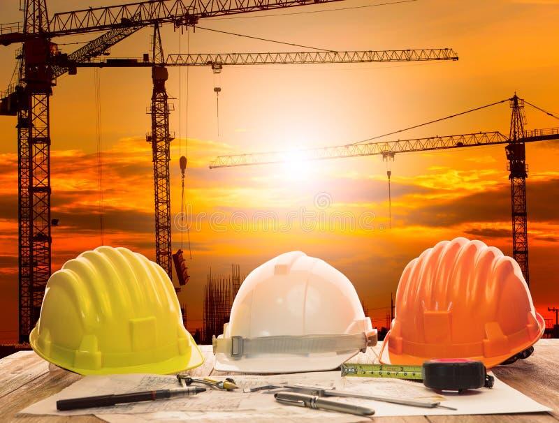 Crane en emplazamiento de la obra y tabla de funcionamiento del ingeniero civil w foto de archivo