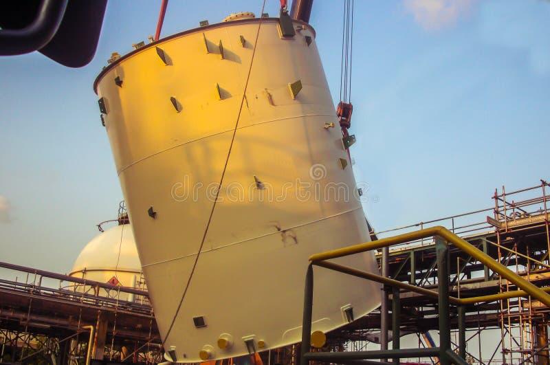 Crane a ereção de levantamento do tankfor do armazenamento no central química novo fotografia de stock