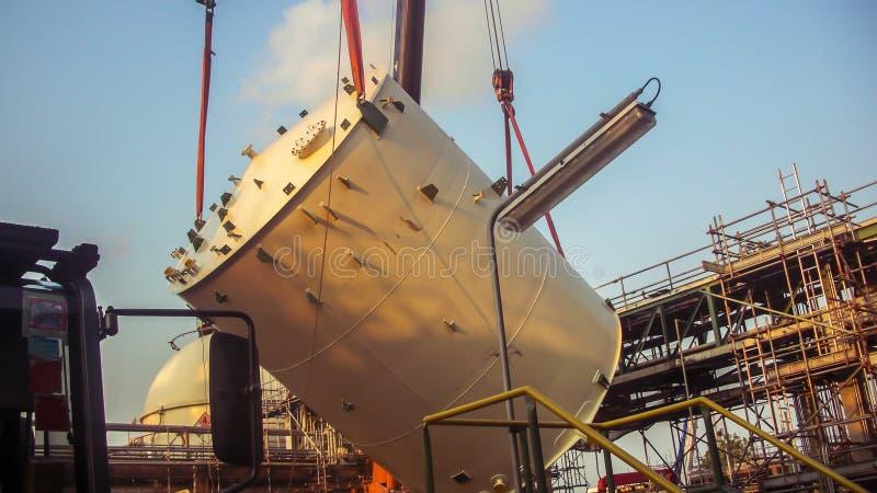 Crane a ereção de levantamento do tankfor do armazenamento no central química novo foto de stock