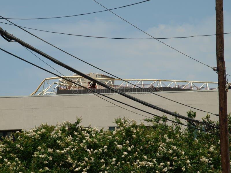 Crane Fell auf den neuen Wohnungen besetzt während des Sturms Behauptet ein Leben lizenzfreies stockbild