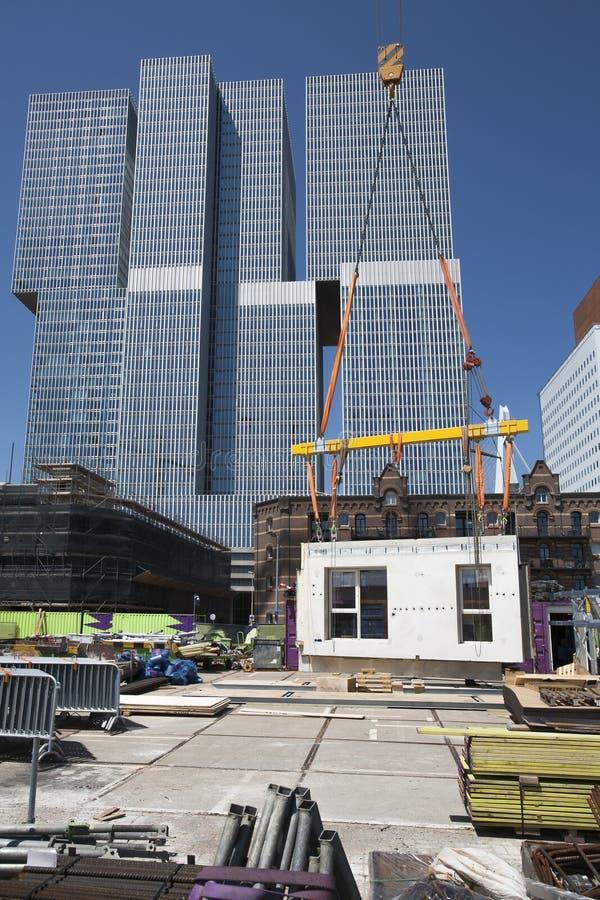 Crane il sollevamento della parete su un cantiere fotografia stock