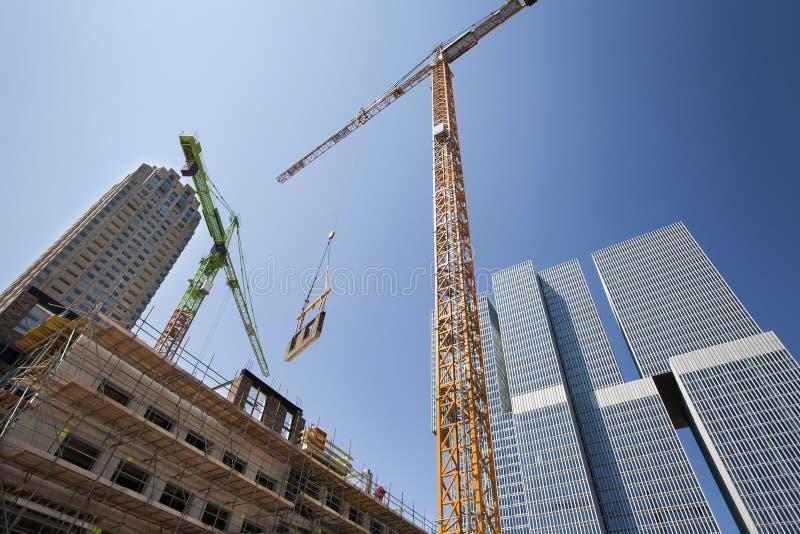 Crane il sollevamento della parete su un cantiere fotografia stock libera da diritti