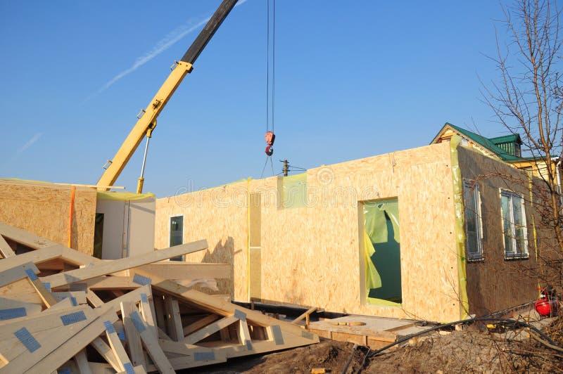 Crane Install-SCHL?CKCHEN-Platten f?r Feld-Haus-Bau stockfoto