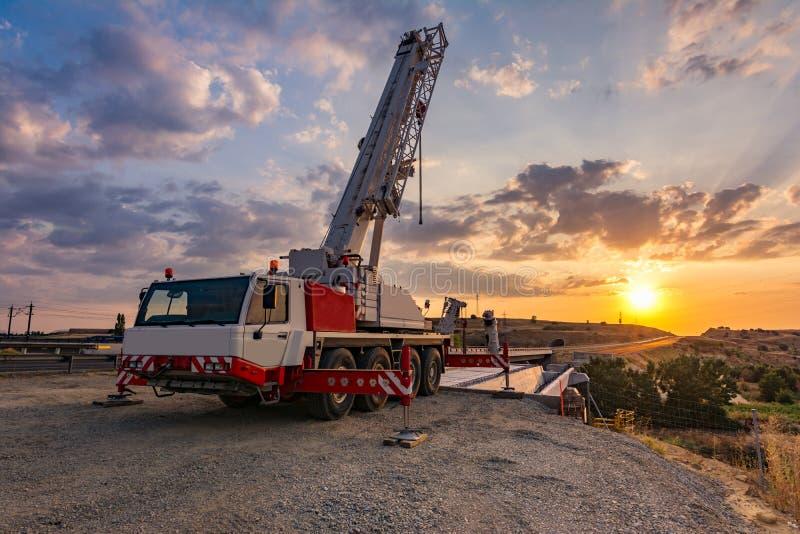 Crane los camiones en la construcci?n de un puente imagenes de archivo