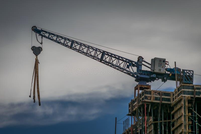 Crane no edifício Céu cinzento e azul imagens de stock royalty free