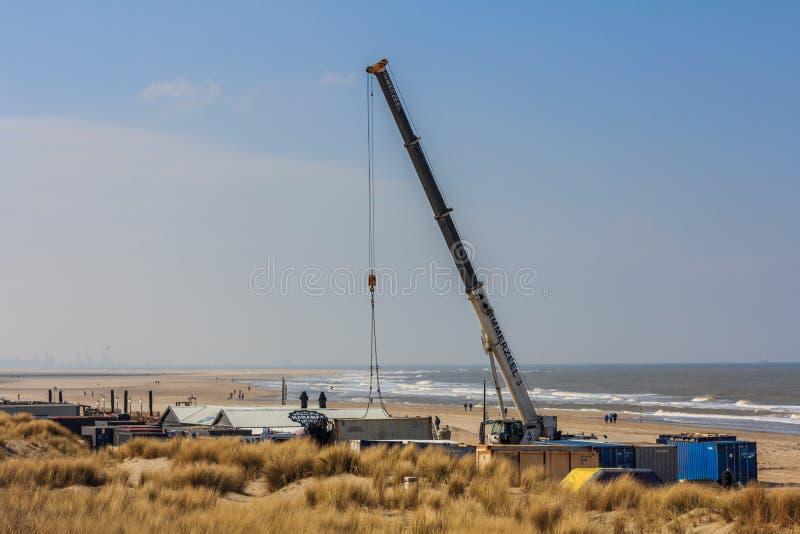 Crane o café da praia da construção pronto para o verão fotografia de stock royalty free