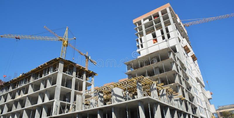 Crane o panorama da construção com os contratantes de construção na parte superior Conceito do crescimento econômico foto de stock royalty free