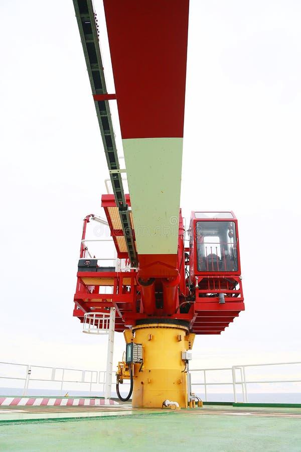 Crane sob o trabalho rotineiro da manutenção pelo operador ou pelo técnico de guindaste, fixe e preste serviços de manutenção ao  fotografia de stock royalty free