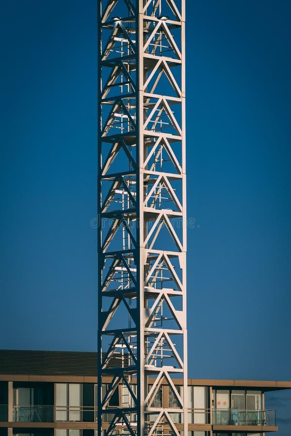 Crane Tower met flatgebouw in achtergrond en blauwe hemel royalty-vrije stock foto's