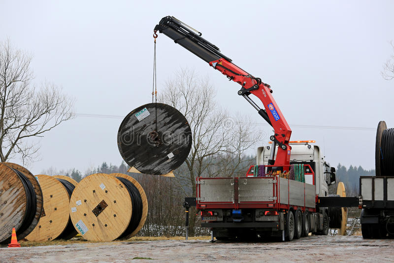 Crane Unloads Cable Drums montado caminhão fotos de stock