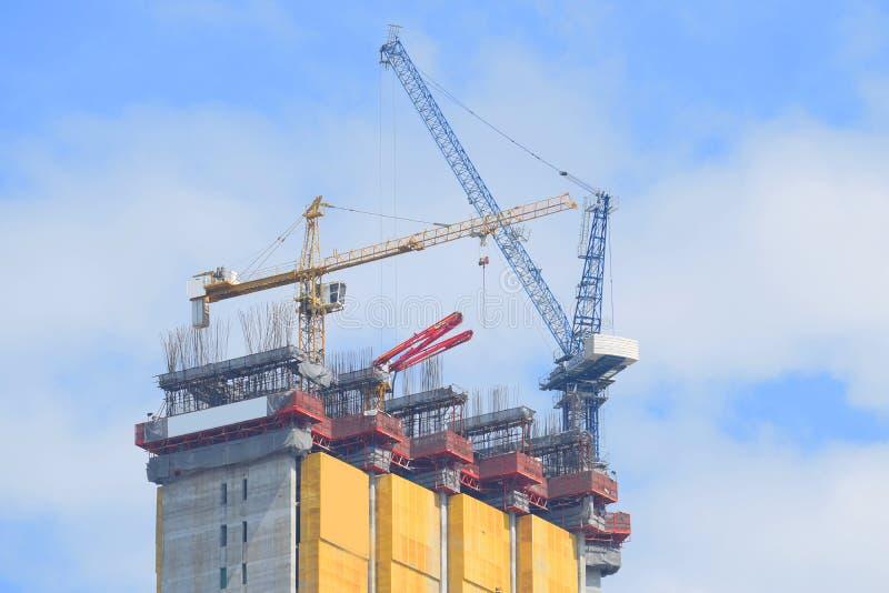 Cranes la construcción industrial imagenes de archivo