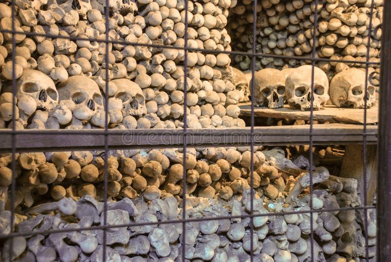 Crani ed ossa umani in ossario di Sedlec (Kostnice) Hora di Kutna Repubblica ceca fotografia stock libera da diritti