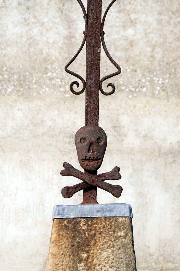 Cranio del metallo, dettaglio di un incrocio in un cimitero su una tomba dal 1826 fotografia stock