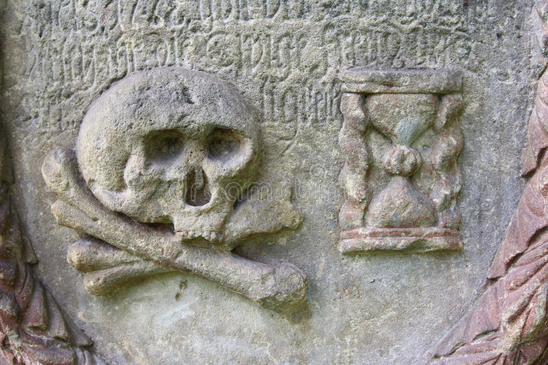 Cranio e clessidra - simboli del transience fotografie stock
