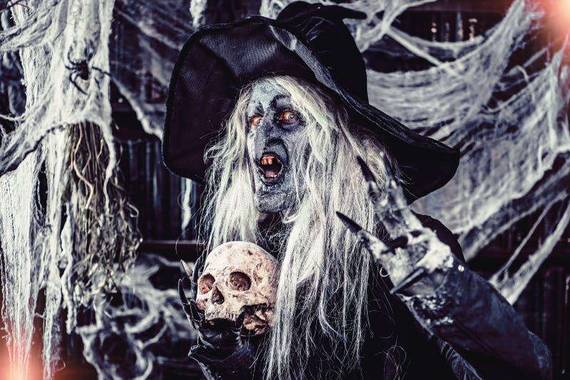 Cranio e strega di malvagità immagini stock