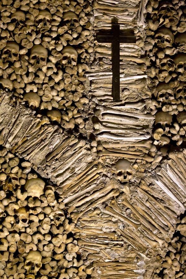 Cranio ed ossa nella cappella delle ossa a Evora, Portogallo immagini stock libere da diritti