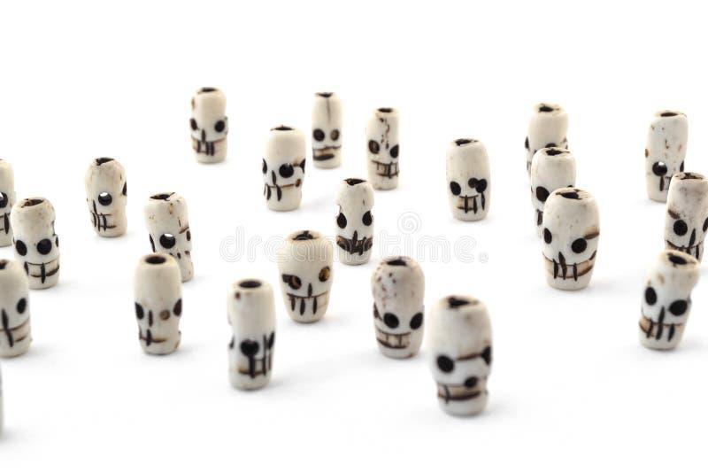 Cranio naturale delle perle dall'osso scolpito su fondo bianco immagini stock libere da diritti