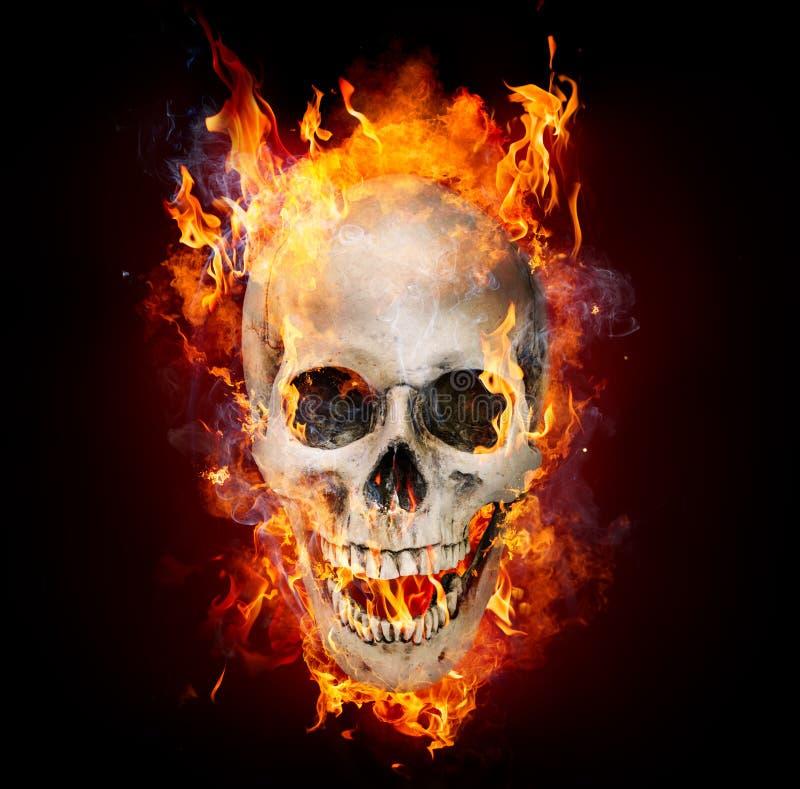 Cranio satanico in fiamme fotografie stock