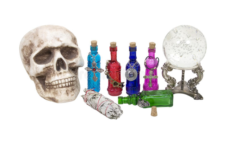 Cranio, sfera di cristallo, erbe e pozioni di magia fotografie stock