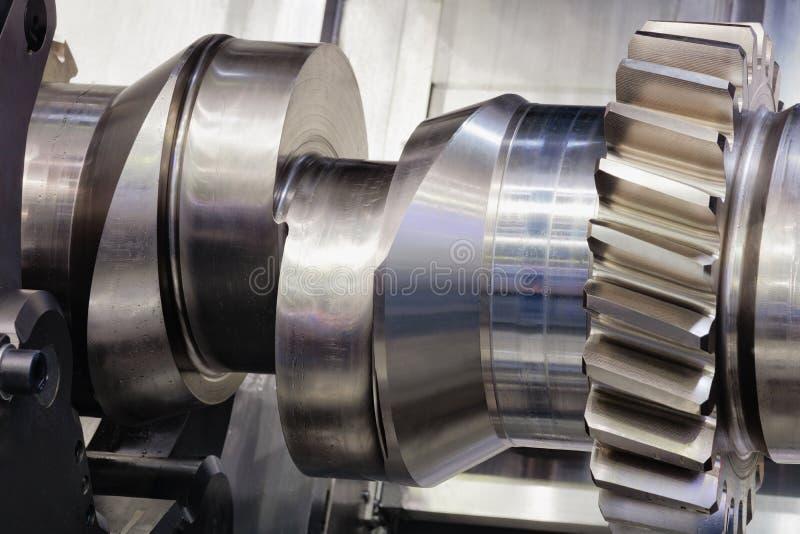 Crankshaft dla wielkiego silnika załatwia w maszynie dla fabrykować, przetwarzać lub usługiwać, koncepcja przemysłowe obraz stock
