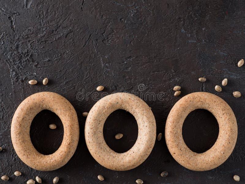 Craquelin de forme annulaire avec de la farine entière de chanvre de grain photos stock