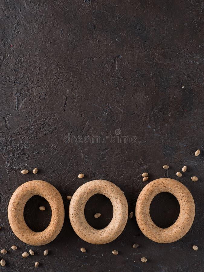 Craquelin de forme annulaire avec de la farine entière de chanvre de grain photos libres de droits