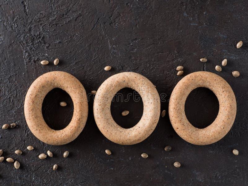 Craquelin de forme annulaire avec de la farine entière de chanvre de grain photo stock