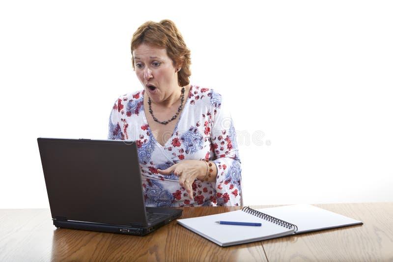 Crash d'ordinateur de femme d'affaires images libres de droits