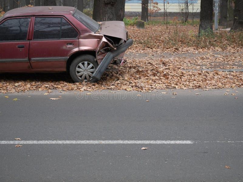 Crashed a abandonné la voiture sur le trottoir à la rue de ville photographie stock libre de droits