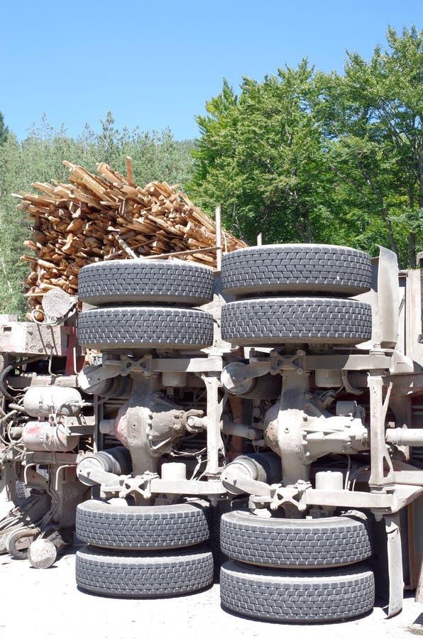 Crashed que vira o caminhão com lenha foto de stock royalty free