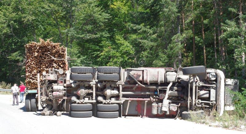 Crashed que vira o caminhão na estrada imagens de stock royalty free