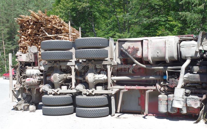 Crashed que vira o caminhão na estrada fotos de stock royalty free